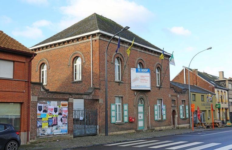 Het voormalig gemeentehuis van Mazenzele langs de Steenweg (N47).