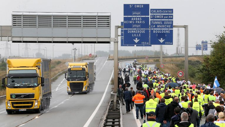Middenstanders in een stoet op de snelweg om te demonstreren tegen het vluchtelingekamp in Calais Beeld reuters