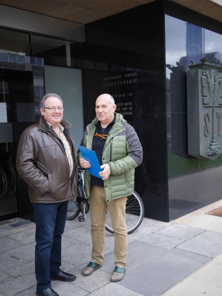Rohnny Berden en Rob Hayen overhandigden gisteren 93 bezwaarschriften aan de Stad Sint-Truiden