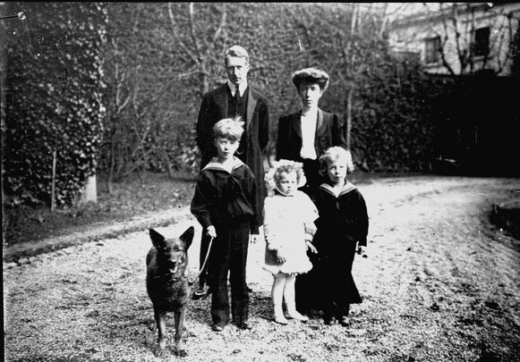 Koning Albert en koningin Elisabeth met hun drie kinderen: Leopold III, Marie-José en Karel.
