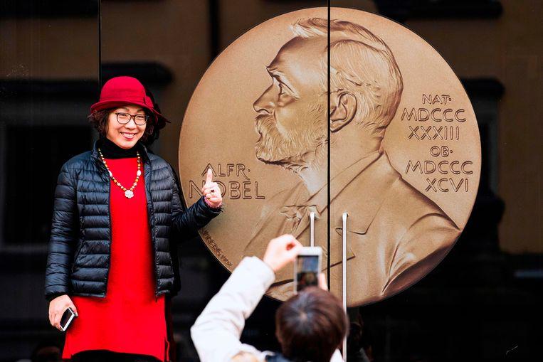 Na zijn dood (1986) bepaalde Alfred Nobel dat zijn reusachtige kapitaal van zo'n 32 miljoen Zweedse kronen elk jaar op zijn sterfdag (10 december) aan Nobelprijzen moest worden uitgereikt.