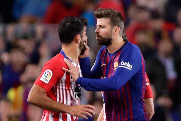 Piqué 'begeleidt' de rode Costa van het veld.