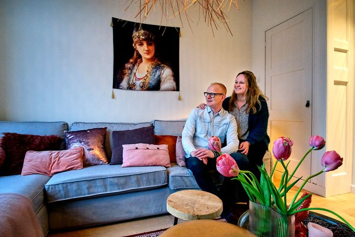 Astrid en Elco hebben het prima naar hun zin in het kleurrijke huis in Krispijn.