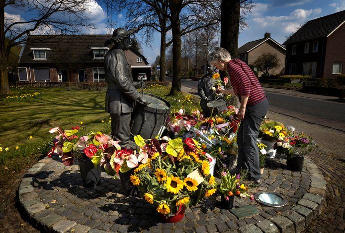 Bloemen bij het beeld waar de 29-jarige Beek en Donkenaar model voor stond.