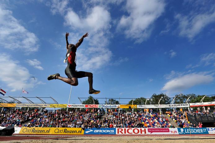 Irving Saladino zweeft door de lucht tijdens het verspringen. Hij kwam tot 8,38 meter. Geen nieuw record, wel ruim voldoende voor de winst.