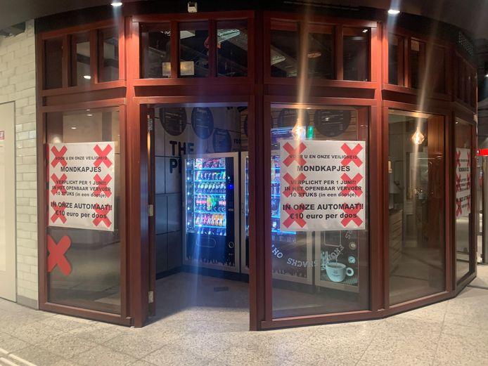 Doosjes met mondkapjes in een snoepautomaat bij metrostation Weesperplein.