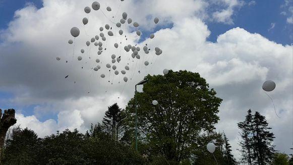 De ploegmakkers van Jack en kinderen van de school lieten ballonnen op.