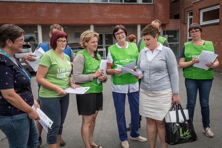 Leden van vakbond LBC-NVK delen aan het ziekenhuis pamfletten uit.
