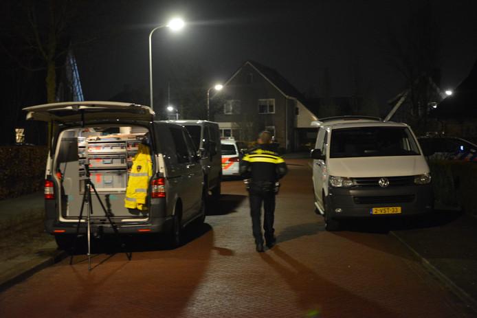 De politie doet onderzoek op de plek van de steekpartij in Den Ham.