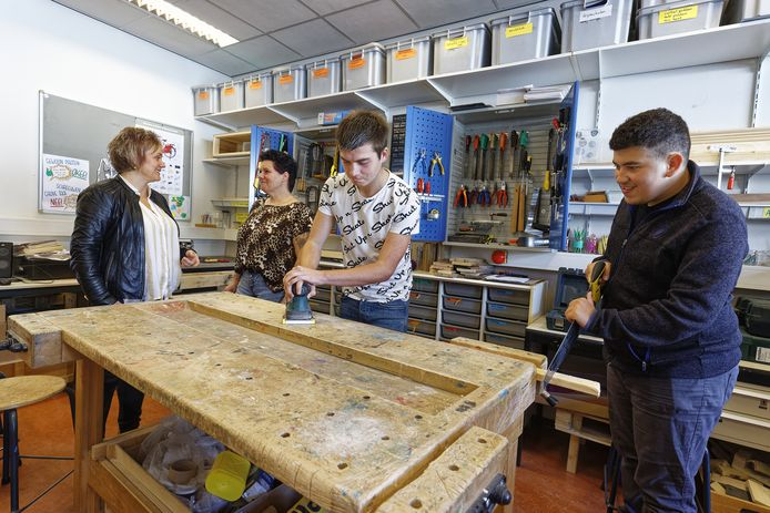 vlnr. Mieke de Bresser, Wilma van Nieuwenhoven, Gijs en Ibrahim, op de HUB school in Boxtel
