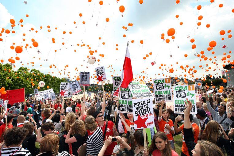 Studenten demonstreren op het Museumplein in Amsterdam tegen de bezuinigingen in het onderwijs.   Beeld ANP