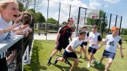 Burgemeester trapt balletje met leerlingen in nieuwe sportkooi