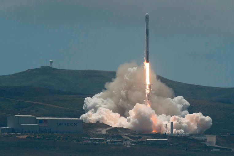 Een SpaceX Falcon-9 raket die twee Duits-Amerikaanse satellieten draagt, wordt afgeschoten van de Vandenberg luchtmachtbasis in centraal Californië. De satellieten moeten onder meer veranderingen in de zeespiegel waarnemen.