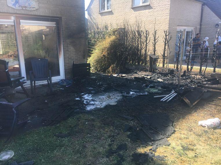 De brand vernielde een haag en tuinmeubilair en likte aan de woning.