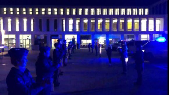 Het applaus van de politie op het binnenplein van het AZ Groeninge
