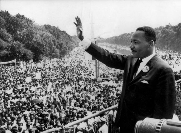"Martin Luther King bedankt de meer dan 250.000 toehoorders die hebben geluisterd naar zijn wereldberoemde speech ""I have a dream"". Deze speech wordt gehouden op 28 augustus 1963 in Washington D.C."