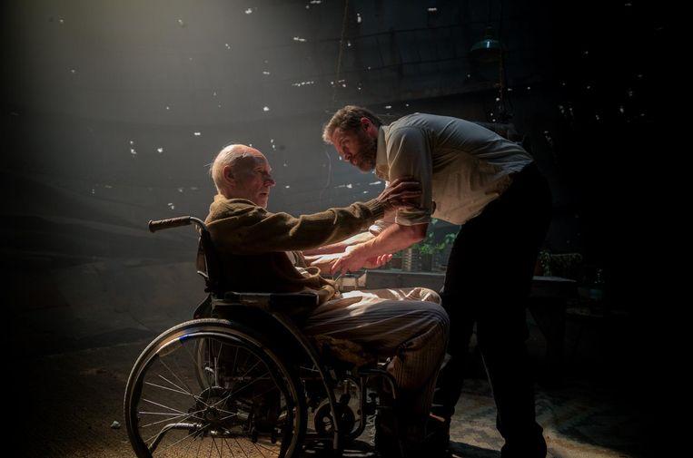 De oude professor X (Patrick Stewart), wiens telepathische superbrein desintegreert. Beeld