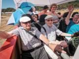 Bejaardenboot over de crossbaan van Zwarte Cross