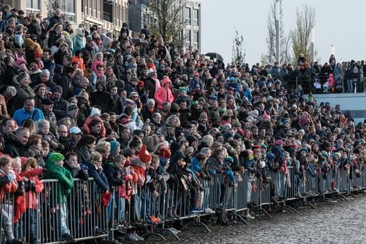Honderden mensen langs de kant bij de intocht van Sinterklaas in Doesburg.