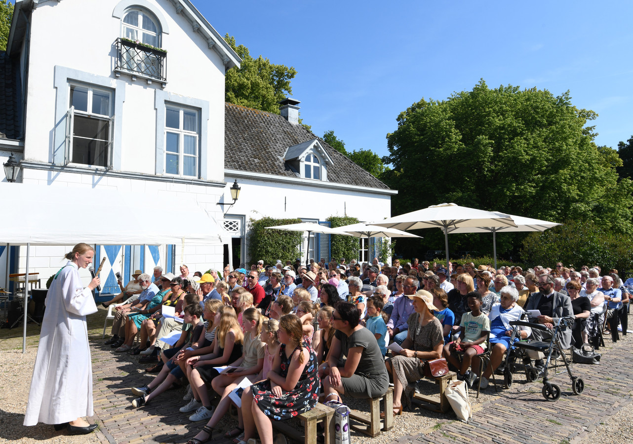 De openlucht kerkdienst in Ophemert kreeg 510 euro als bijdrage.