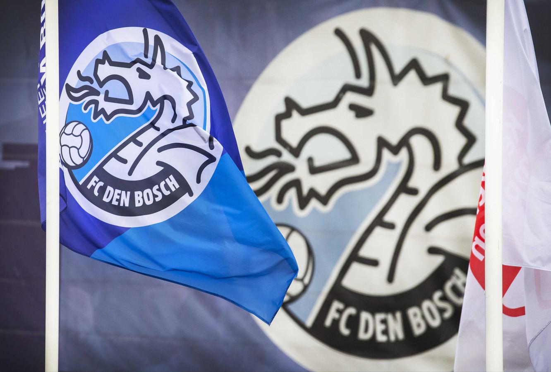Een vlag met logo bij het stadion van FC Den Bosch. De club is in opspraak omdat supporters racistische liedjes zongen in de wedstrijd tegen Excelsior.