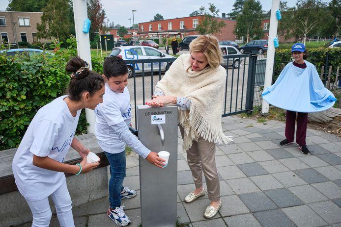 Minister Cora van Nieuwenhuizen op bezoek bij De Taaltuin in het kader van Nationale Kraanwaterdag