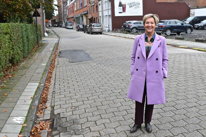 Schepen Griet Coppé (CD&V) in de Spanjestraat die volgend jaar een pak comfortabeler en veiliger moet worden voor de fietsers.