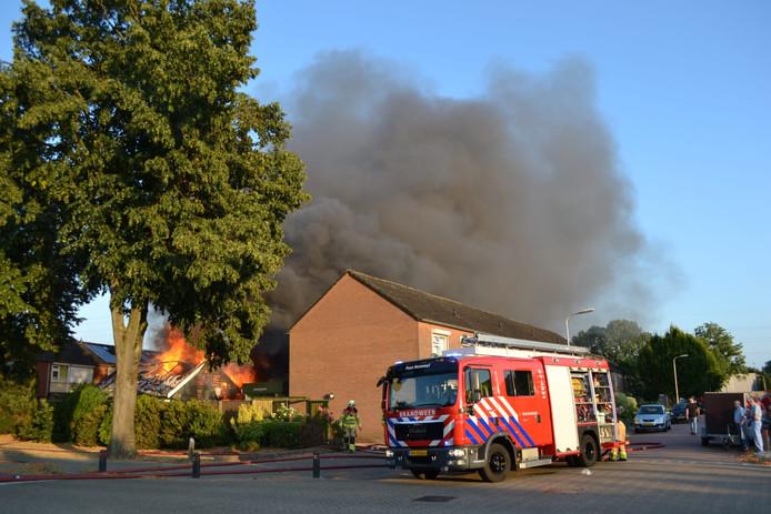 De schuurbrand midden in een Bemmelse woonwijk was vrijdagavond tot in de verre omtrek te zien.