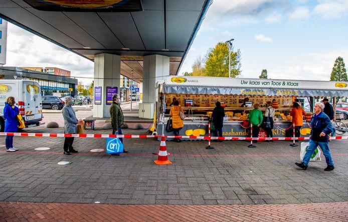 Donderdag is de dag waarop de inwoners naar de markt gaan en aansluitend een rondje maken door De Koperwiek. Dat was voor corona al zo en dat is het nog steeds.