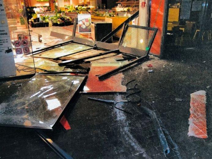 De geldautomatenrovers ramden de glazen toegangspui van de supermarkt eruit met een bestelbusje.