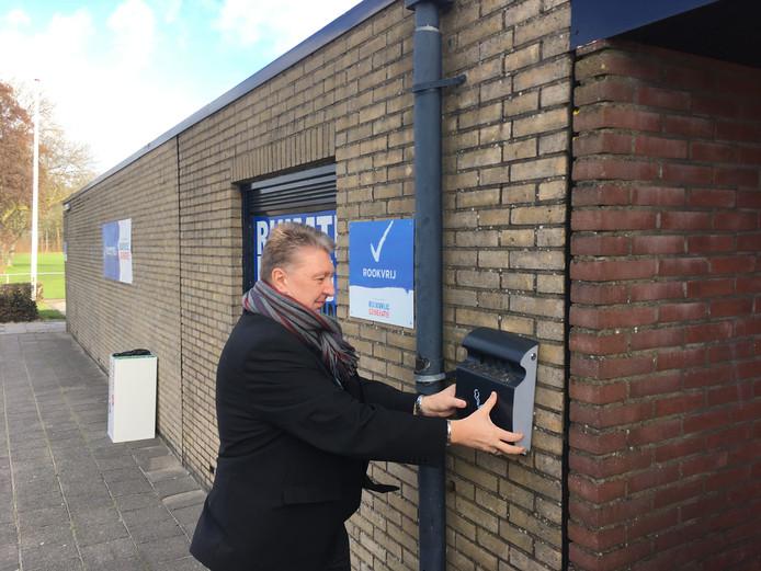 Wethouder Marco Stam haalde symbolisch de laatste asbak van de muur af.