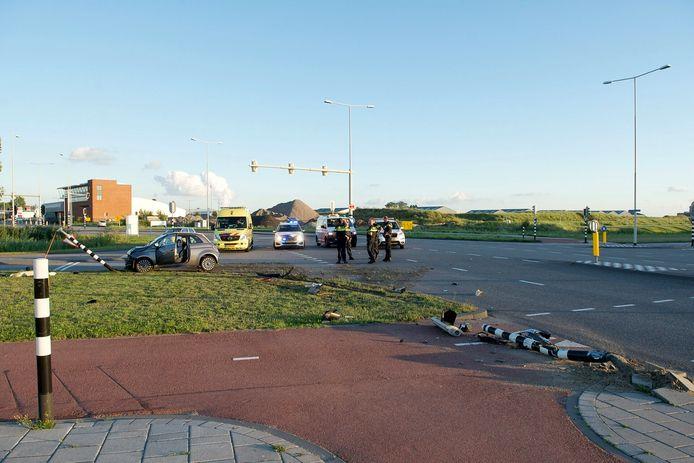 Auto botst op paal op kruising in Bergen op Zoom