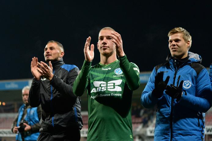 Twaalfde man dankt twaalfde man: Jasper van Heertum (midden) applaudisseert voor de supporters van De Graafschap.