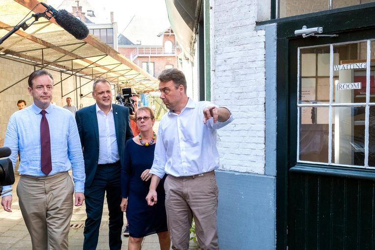 Burgemeester Bart De Wever en schepen Fons Duchateau gaan op bezoek bij Payoke. Patsy Sörensen en Klaus Vanhoutte leiden hen rond.