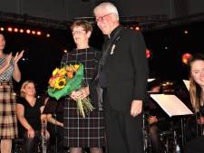 Lintje voor Maurice van Overbeek bij jubileumconcert van zijn harmonie in Kaatsheuvel