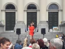 Kleurrijke kleding tijdens modeshow op het Dordtse Stadhuisplein