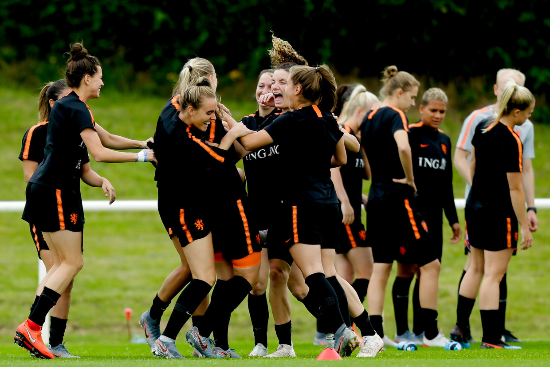 Een ontspannen moment tijdens een van de trainingen van het Nederlands elftal op het WK in Frankrijk. Beeld BSR Agency