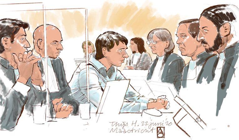 Rechtbanktekening van Thijs H. (midden) tijdens de inhoudelijke behandeling. Beeld ANP
