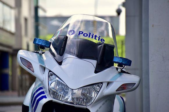Een gemotoriseerde politieman merkte dat er iets fout was met de nummerplaten van het voertuig.