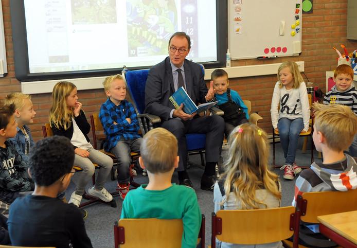 Burgemeester Lonink leest voor aan leerlingen van de Terneuzense basisschool De Geule.