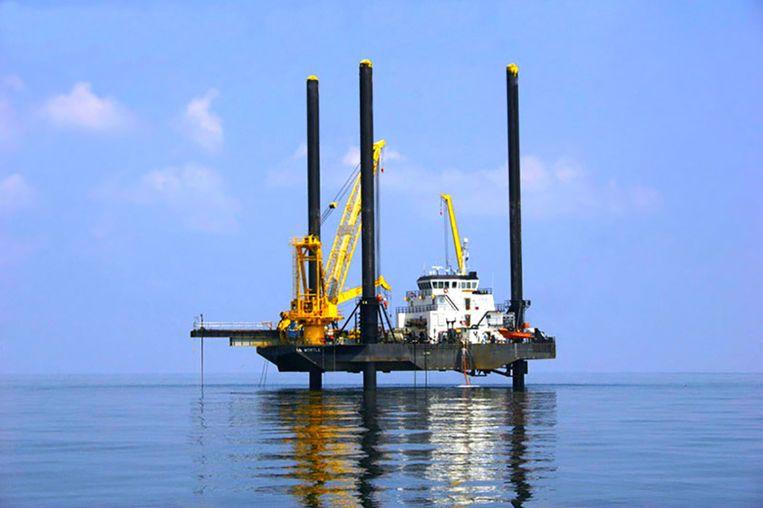 De liftboat Myrtle, waar vanaf de boringen worden gedaan. Met drie hydraulische poten zet de boot zich vast op de zeebodem. Beeld