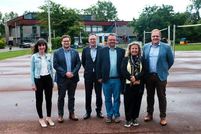De partners voor het nieuwe intergemeentelijke zwembad op de huidige speeltuin aan de sportsite in Aartselaar, waar het bad gebouwd zal worden.