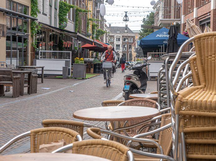 Edwin Koster van Fietsersbond Zwolle is niet onverdeeld positief over de reeks maatregelen die de binnenstad van Zwolle coronabestendig maken. Zo is de terrasruimte aan de Voorstraat (foto) flink uitgebreid, wat ten koste gaat van ruimte om de fiets te parkeren.