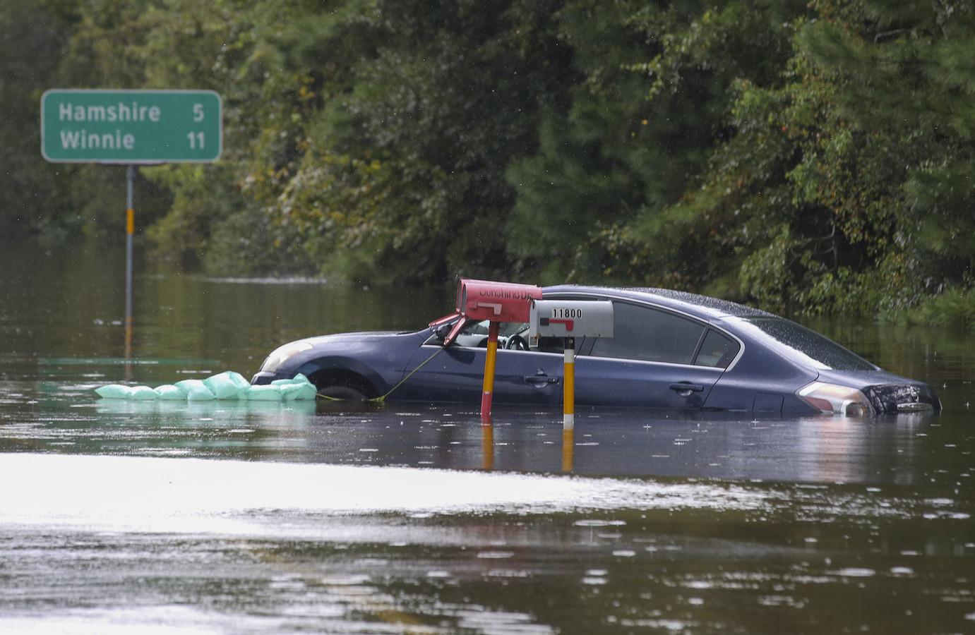 Een drijvende auto in Beaumont, Texas.