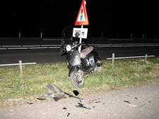 Scooterrijder ernstig gewond bij frontale botsing met auto in Oosterland, politie zoekt doorrijder