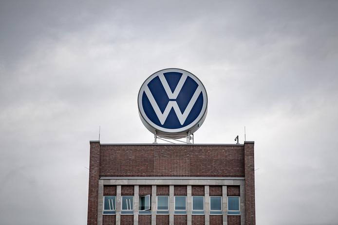 Een reusachtig VW-logo siert het hoofdkantoor van Volkswagen in Wolfsburg