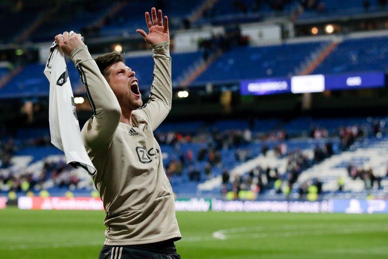 Klaas-Jan Huntelaar viert de overwinning van Ajax  terwijl hij met het shirt van zijn oud-ploeggenoot Marcelo zwaait. Beeld BSR Agency