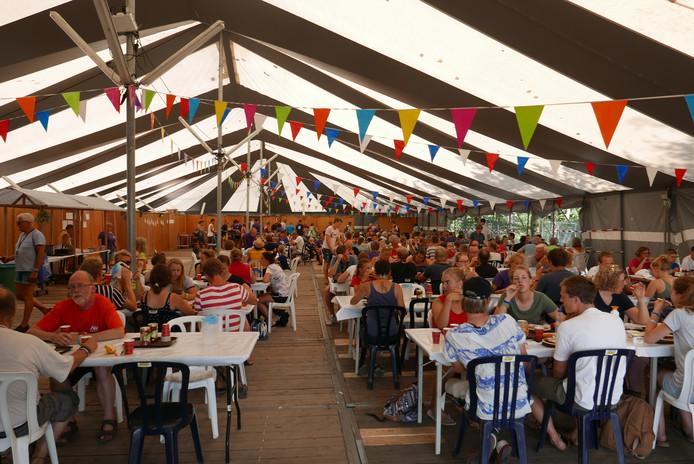 Samen eten tijdens de New Wine zomerconferentie