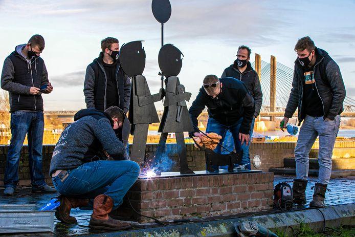 Jip en Janneke werden teruggeplaatst door de ontvoerders Geitefok uit Olderkoop, het standbeeld werd met bouten bevestigd die gelast werden.