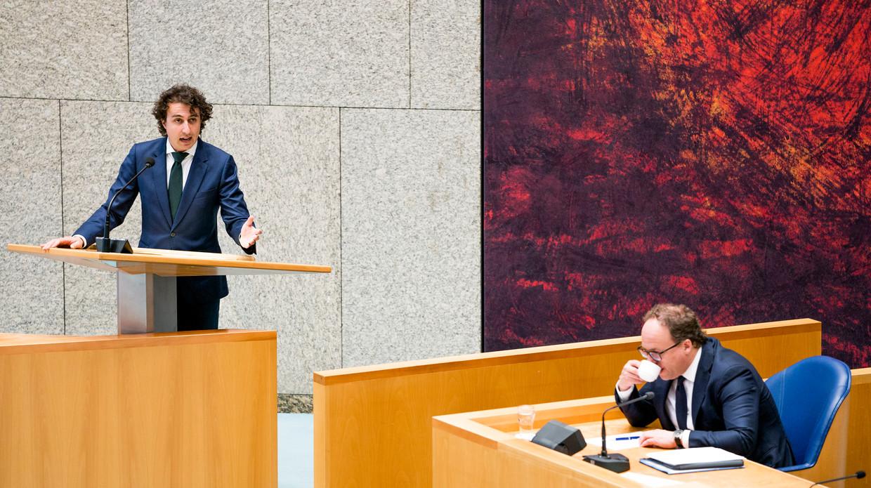 Jesse Klaver (Groenlinks) en Minister Wouter Koolmees van Sociale Zaken tijdens het debat over het nieuwe noodpakket.  Beeld Freek van den Bergh / de Volkskrant